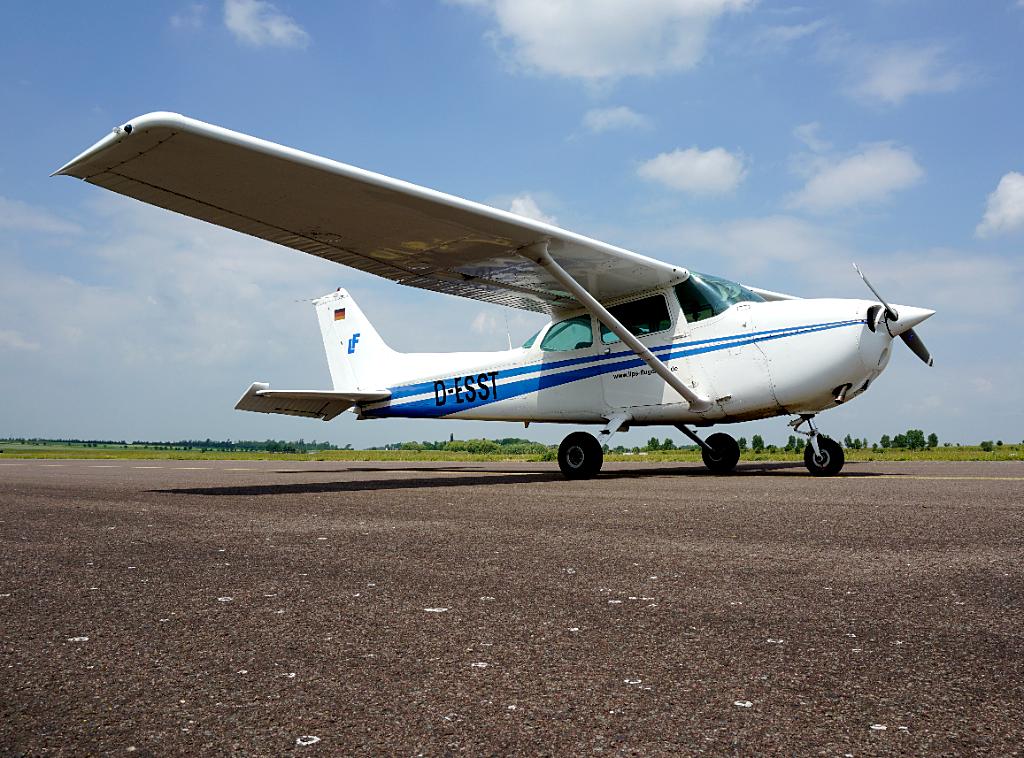 Der Flugzeugtyp Cessna 172N Skyhawk D-ESST steht auf dem Flugfeld