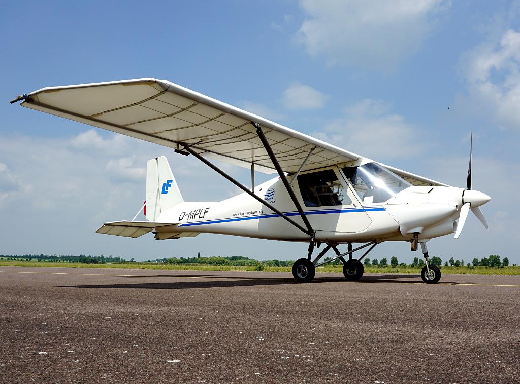 Der Flugzeugtyp Ikarus C42 steht auf dem Flugfeld