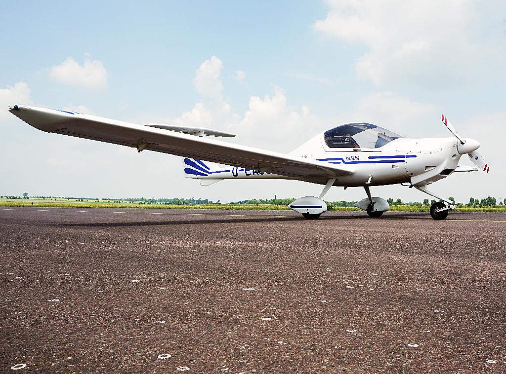 Der Flugzeugtyp Katana DA 20 A1 steht auf dem Flugfeld