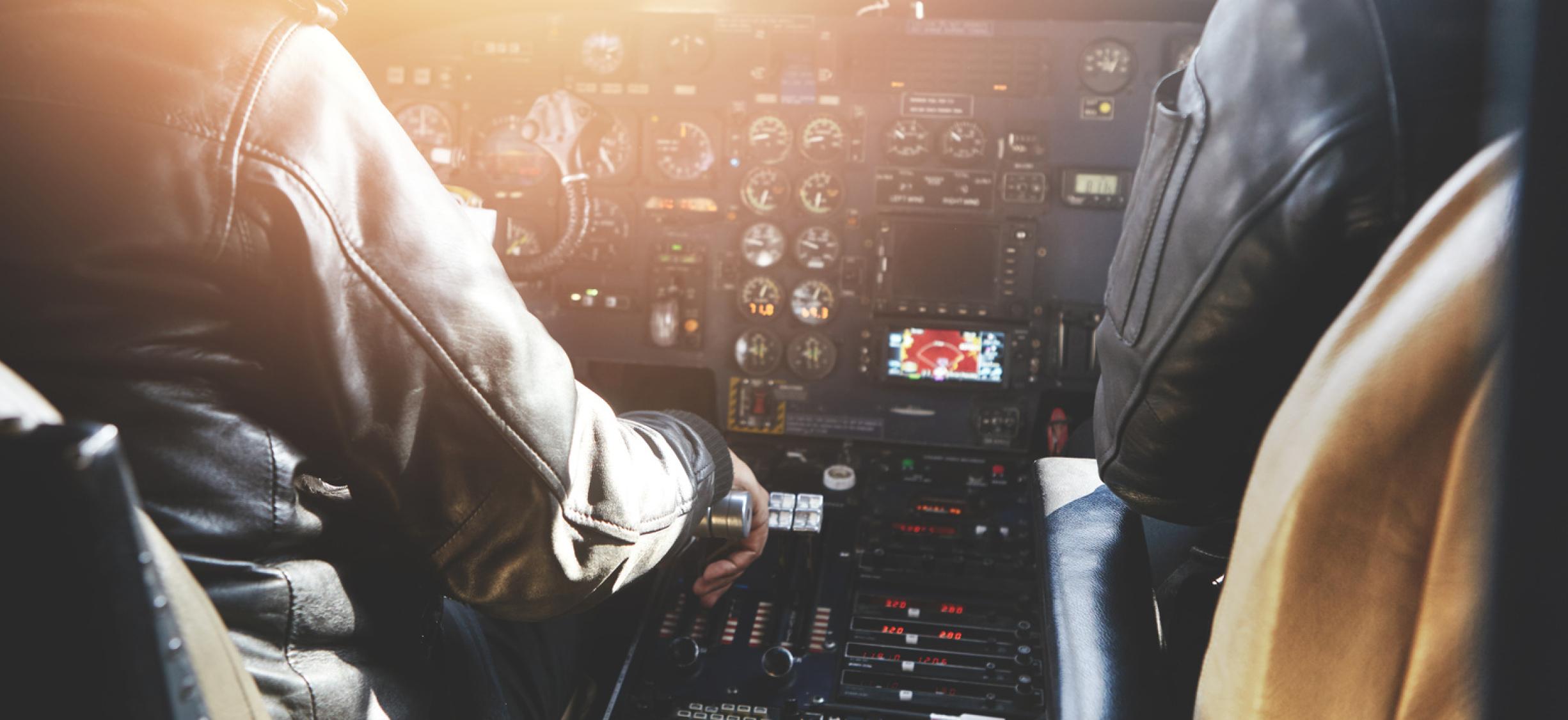 Cockpit mit zwei Piloten