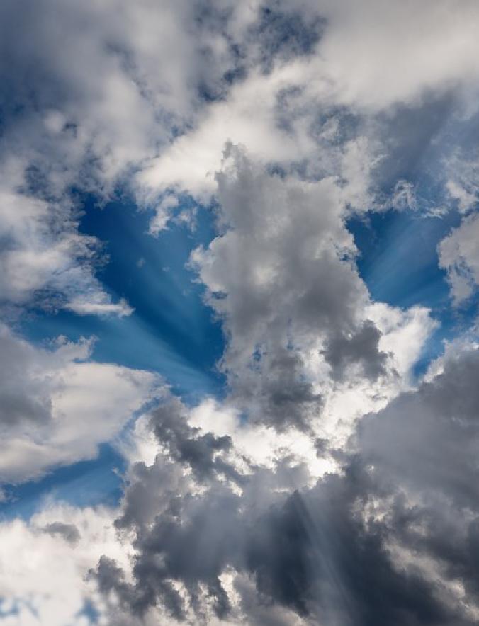 Himmel mit vielen kleinen Wolken an dem die Sonne durchscheint