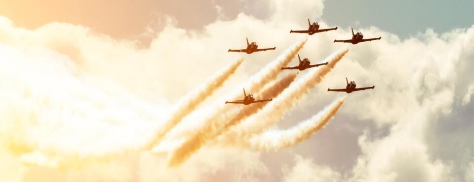 Militär-Flugzeuge fliegen in Formation