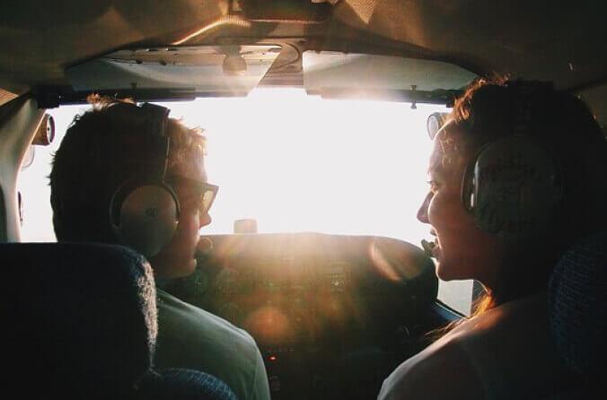 Fluglehrer und Flugschüler im Flugzeug Cockpit unterhalten sich