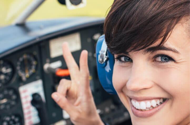 Nahaufnahme einer Pilotin im Flugzeug