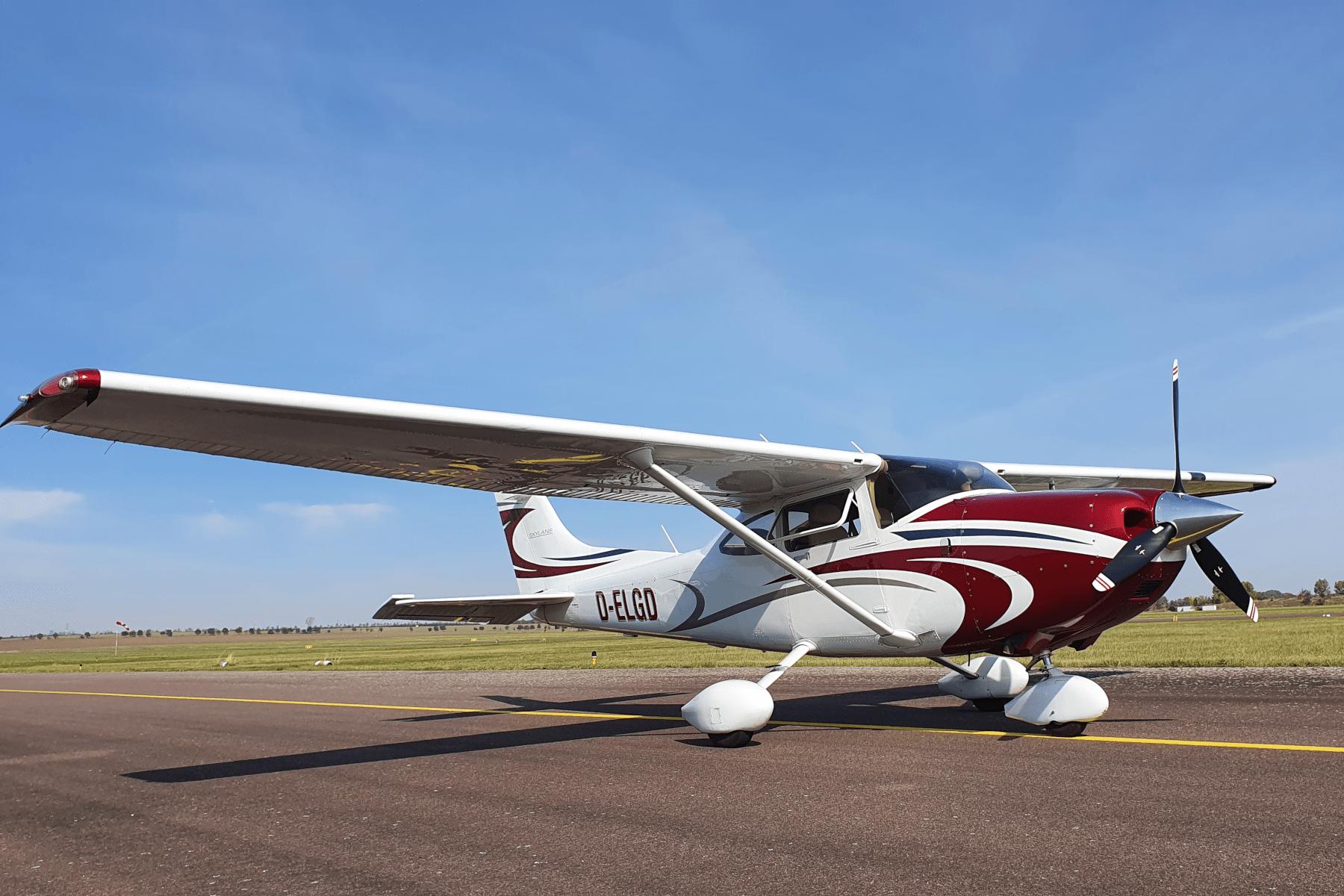 Der Flugzeugtyp Cessna 182 steht auf dem Flugfeld