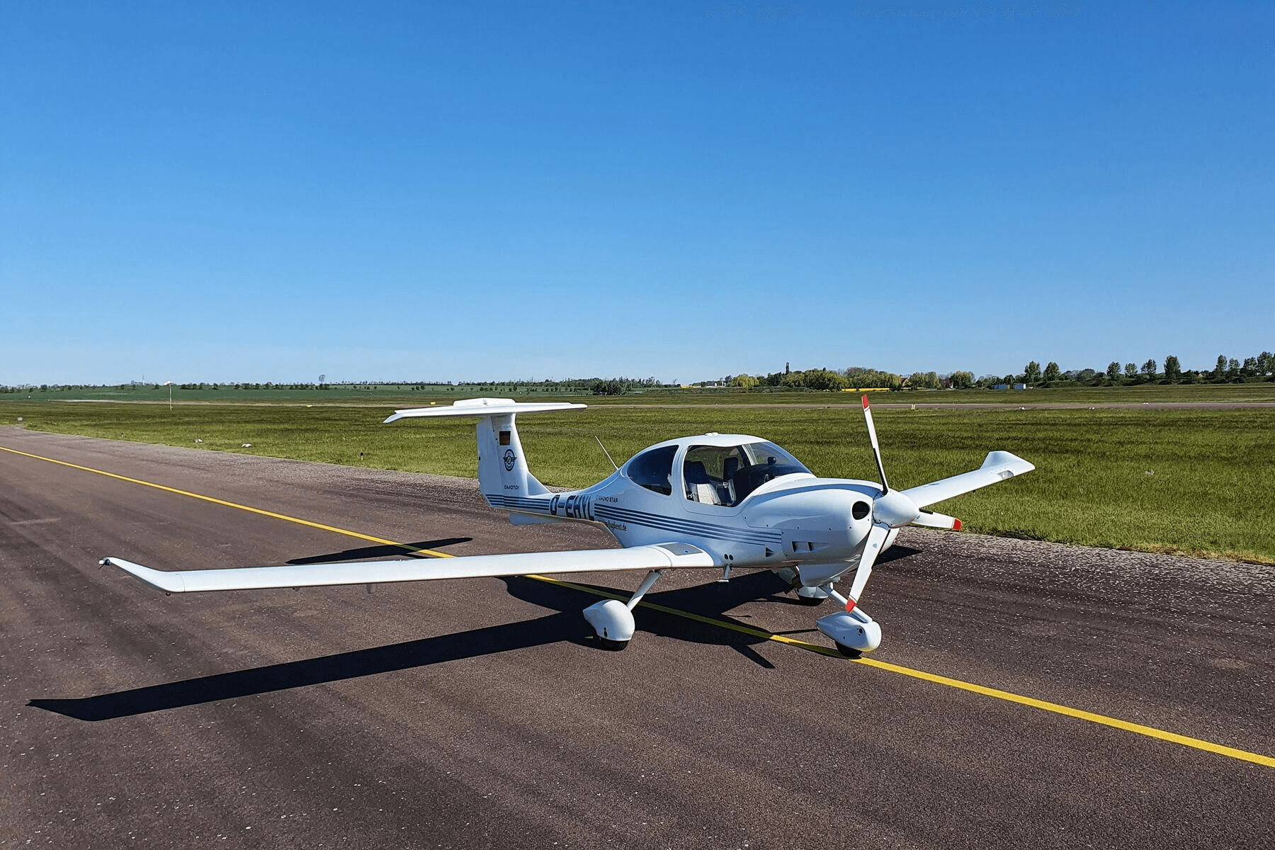 Der Flugzeugtyp DA40 Diamond Star steht auf dem Flugfeld